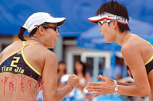 王洁、田佳在比赛中。本报记者 刘占坤摄