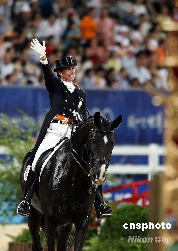 """八月十九日晚,荷兰选手安基·范格林斯芬驾坐骑""""萨林雷罗"""",在香港沙田奥运马术盛装舞步个人赛(大奖赛自选动作)上,技压群雄,获得金牌。 中新社发 洪少葵 摄"""