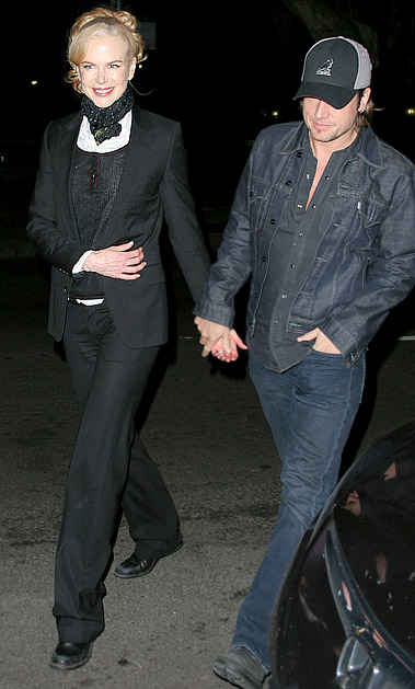 妮可夫妇步出餐馆,两人非常甜蜜幸福