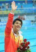 图文:男子3米跳板颁奖 何冲向各观众挥手致意
