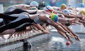 图文:奥运女子10公里马拉松游泳 选手纵身一跃
