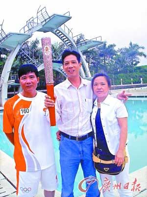 何冲的启蒙教练钟权生(左)和何冲父母。  黄澄锋 摄