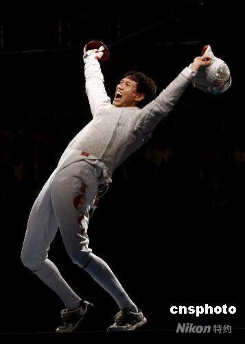 8月12日晚,08北京奥运会男子佩剑个人赛决赛在北京国际会议中心击剑馆揭开战幕,赛会黑马14号种子中国选手仲满和法国选手洛佩兹在决赛中遭遇,结果中国选手仲满以15-9战胜对手获得冠军,这是中国男子击剑在奥运会上第一次获得冠军。 中新社发 盛佳鹏 摄