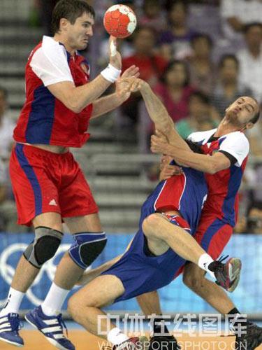 图文:男手1/4决赛法国胜俄罗斯 奋力争抢