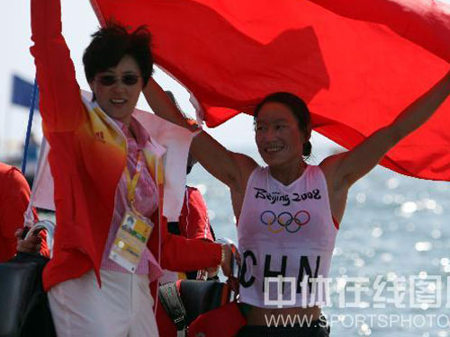 图文:女子帆板决赛殷剑摘得金牌 庆祝胜利