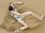 组图:雨打沙滩万点坑 看美女跌入沙坑后