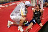 图文:残疾选手挑战游泳10公里马拉松 带着微笑
