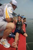 图文:残疾选手挑战游泳10公里马拉松 谈笑风生