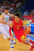 图文:中国男篮VS立陶宛 孙悦带球过人