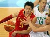 图文:男篮1/4决赛中国vs立陶宛  双方争抢