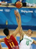 图文:男篮1/4决赛中国vs立陶宛  双方争球