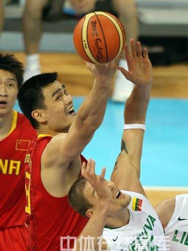 图文:男篮1/4决赛中国vs立陶宛  姚明抢球