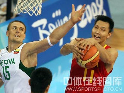 图文:男篮1/4决赛中国vs立陶宛  易建联控球