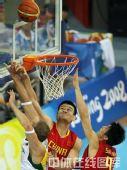 图文:男篮1/4决赛中国vs立陶宛  篮下争抢