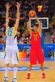图文:中国男篮VS立陶宛 易建联寻找机会