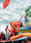 图文:殷剑获得女子帆板冠军 身披国旗致意