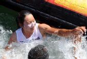 图文:殷剑获得女子帆板冠军 跳入水中庆祝