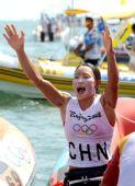 图文:殷剑获得女子帆板冠军 向观众致意