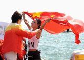 图文:殷剑获得女子帆板冠军 和领导拥抱