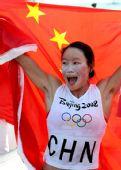 图文:殷剑获得女子帆板冠军 展示国旗