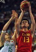 图文:男篮1/4决赛中国不敌立陶宛 篮下强攻