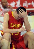 图文:男篮1/4决赛中国不敌立陶宛 姚明很难过
