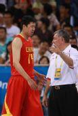 图文:男篮1/4决赛中国不敌立陶宛 大郅撞破头
