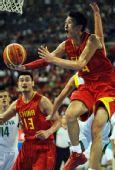 图文:男篮1/4决赛中国不敌立陶宛 孙悦上篮