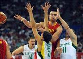 图文:男篮1/4决赛中国不敌立陶宛 姚明传球