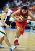 图文:男篮1/4决赛中国不敌立陶宛 易建联进攻