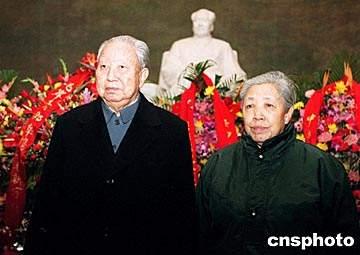 资料图:华国锋(左) 来源:中新社