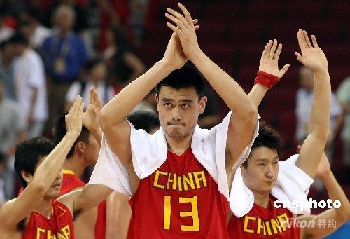 北京奥运会男子篮球八进四淘汰赛8月20日在五棵松篮球馆开战,中国队在与欧洲劲旅立陶宛队的拼杀中终因实力不济以68比94告负,立陶宛队进入奥运会男篮四强。中国超级中锋姚明上场33分钟,砍下全队最高的19分。 中新社发 任晨鸣 摄
