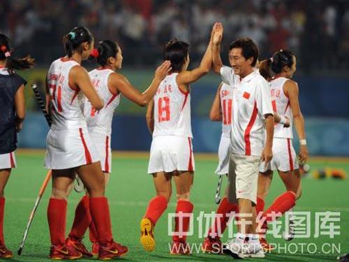 图文:女子曲棍球中国晋级决赛 和教练击掌