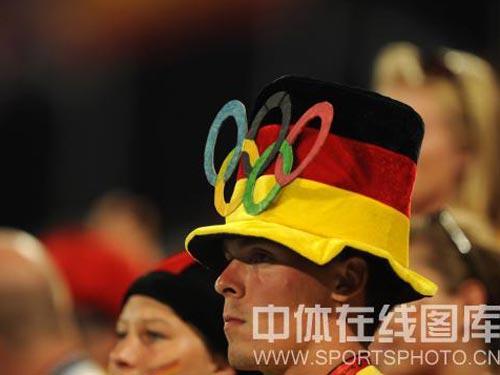 图文:女子曲棍球中国晋级决赛 观众席上
