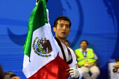 图文:男子跆拳道58公斤级佩雷斯夺冠 身披国旗