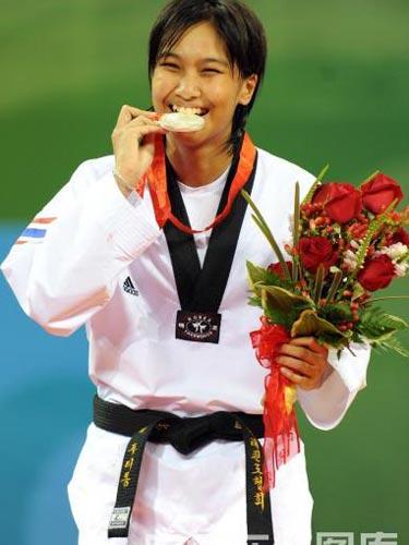 图文:跆拳道49公斤级吴静钰夺金 金牌的味道