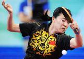 图文:女单第三轮王楠晋级 比赛中回球