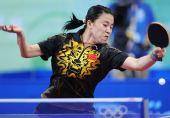 图文:女单第三轮王楠晋级 奋力回球