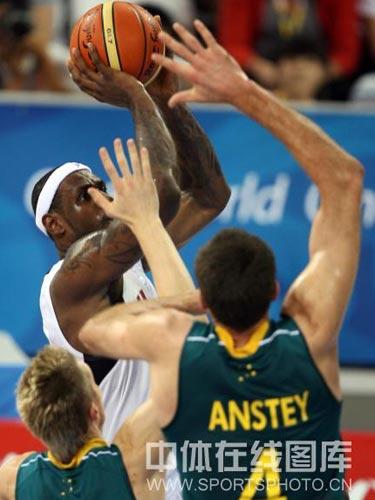 图文:男篮1/4决赛美国vs澳大利亚 突破上篮