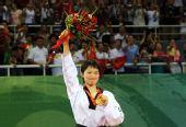 图文:吴静钰女子49公斤级夺冠 高举花束