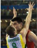 图文:中国VS立陶宛姚明被强吻 你的初吻给了谁