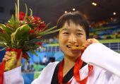 图文:吴静钰女子49公斤级夺冠 尝一尝金牌滋味