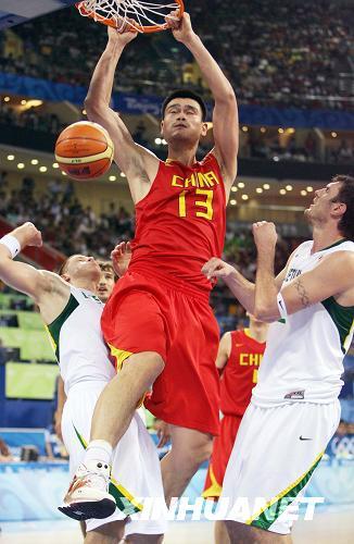 8月20日,中国队球员姚明在比赛中扣篮。新华社记者孟永民摄