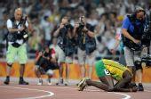 图文:田径博尔特庆祝胜利 记者狂拍跪地的镜头