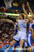 图文:阿根廷男篮挺进四强 上篮遭遇多人包夹