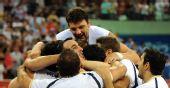 图文:阿根廷男篮挺进四强 众多队员拥抱在一起