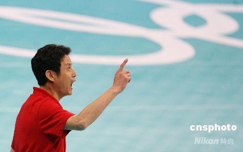 8月19日晚,中国女排在奥运会四分之一决赛中以3:0战胜俄罗斯,晋级四强。图为中国女排主教练陈忠和在场边督战激情洋溢。 中新社发 武仲林 摄