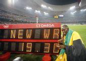 图文:博尔特庆祝胜利 与自己的成绩兴奋地合影