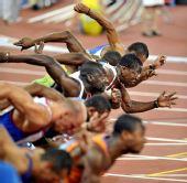 图文:男子110米栏罗伯斯挺进决赛 几个人同时