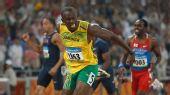 图文:博尔特再夺男子200米金牌 冲过终点后